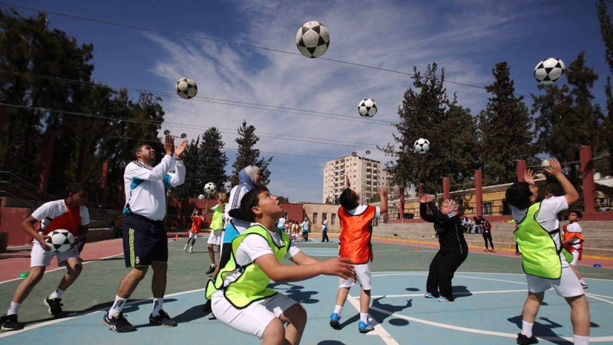 Federación de fútbol de Estados Unidos prohibirá a los niños cabecear la pelota