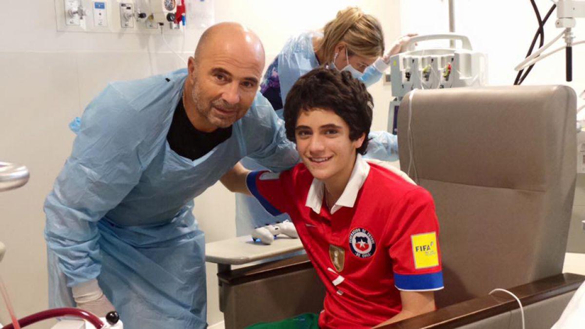 Sampaoli visita a joven que necesita urgentemente un trasplante de pulmón