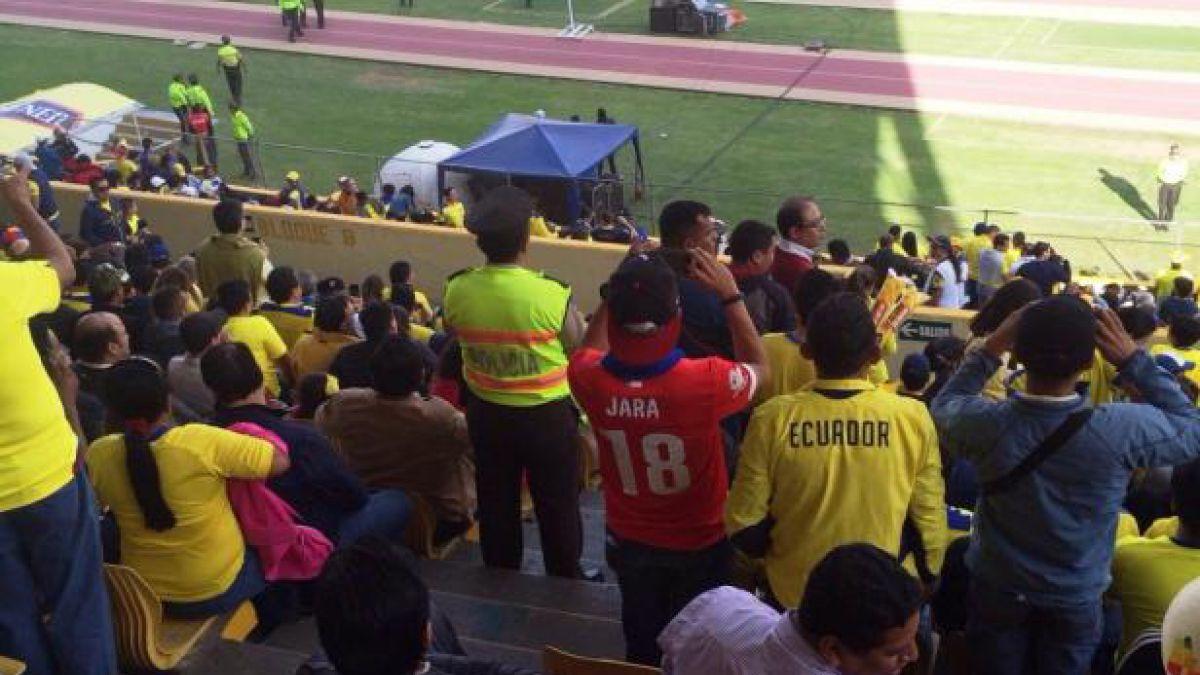 [FOTO] Hincha ecuatoriano provocó a Cavani con camiseta de Gonzalo Jara