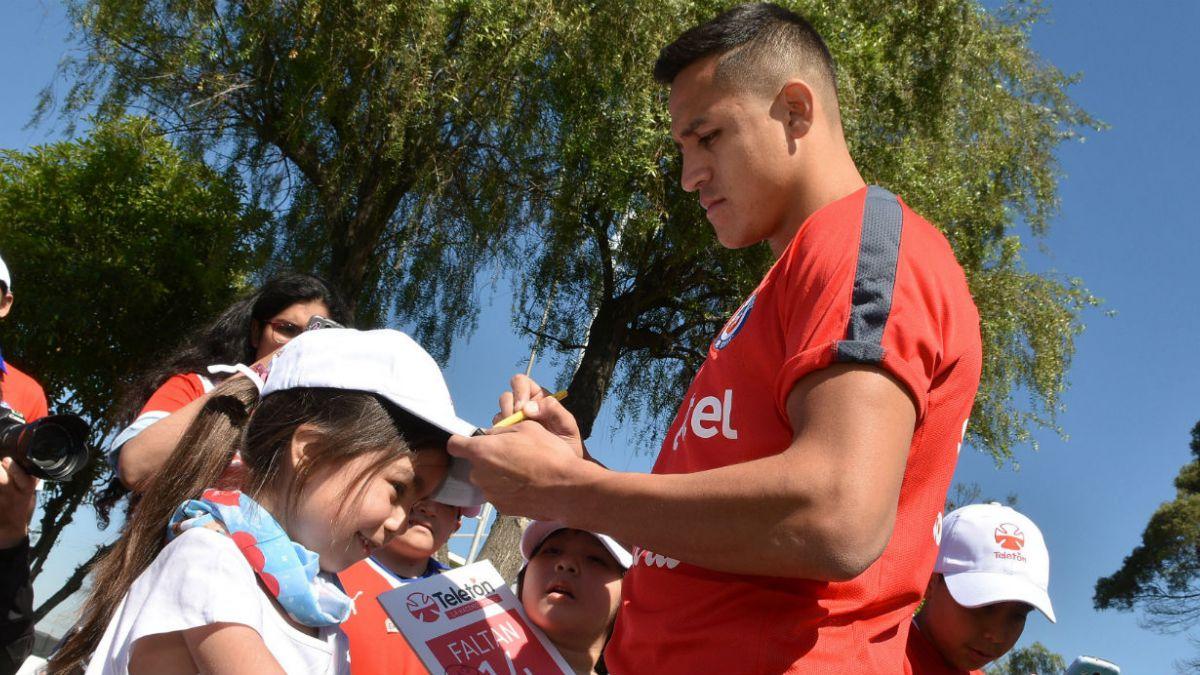 Alexis Sánchez fue uno de los que compartió con los niños de la Teletón