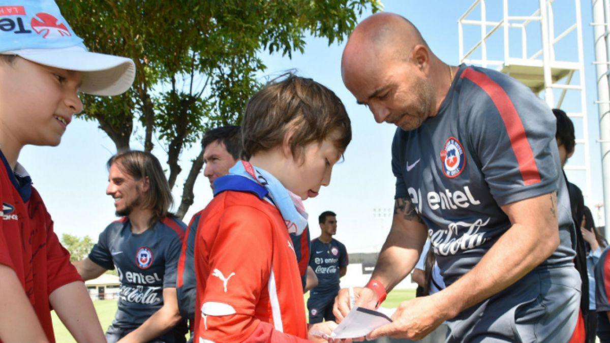 Jorge Sampaoli en plena acción con los niños Teletón
