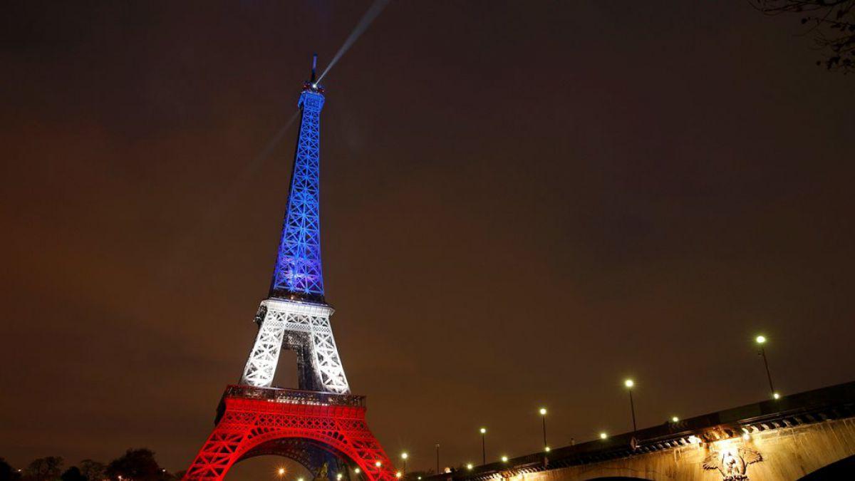 La torre eiffel reabre y se ilumina con los colores de for Cuartos decorados de la torre eiffel