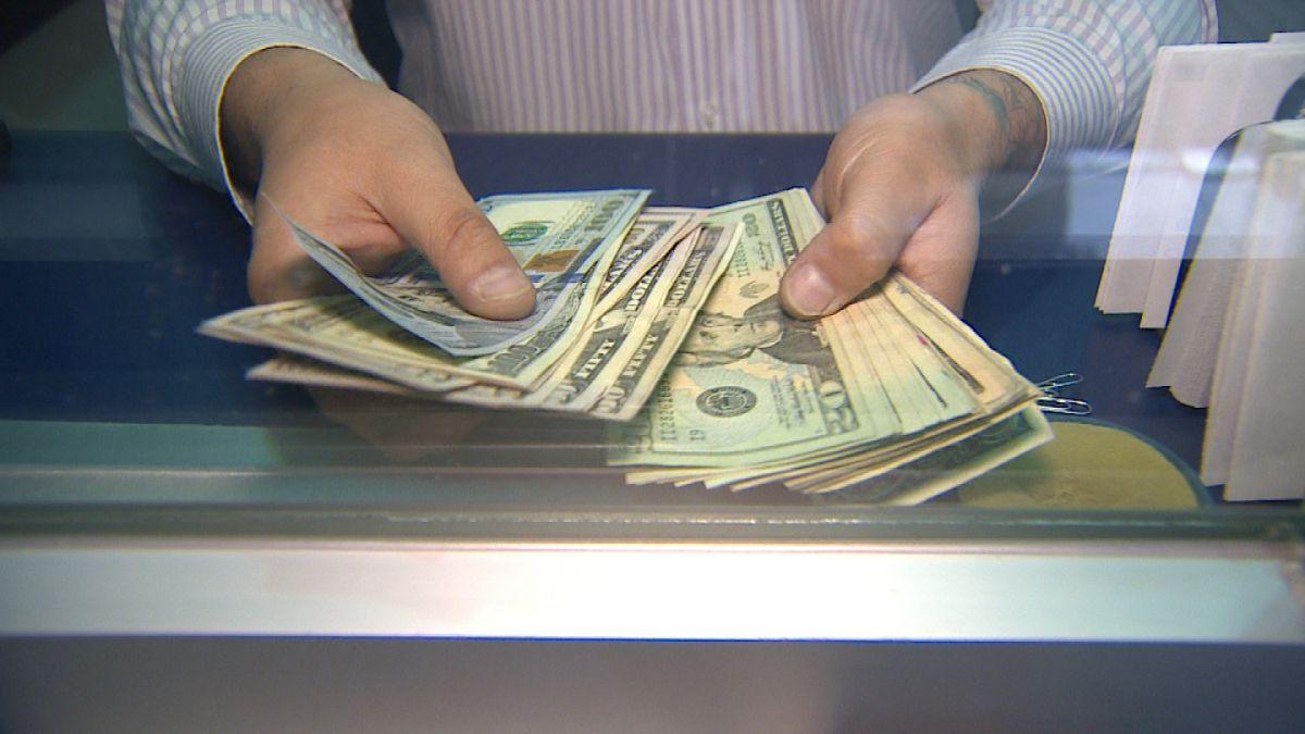 Dólar alcanza su valor más bajo del año con $707