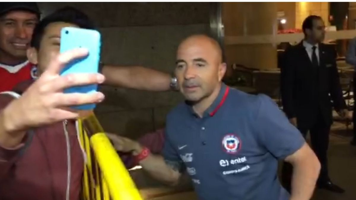 [VIDEO] Sampaoli causa locura en hotel: saluda a hinchas y recibe especial regalo