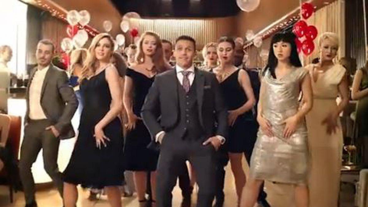 Alexis Sánchez se luce como seductor y bailarín en nuevo comercial