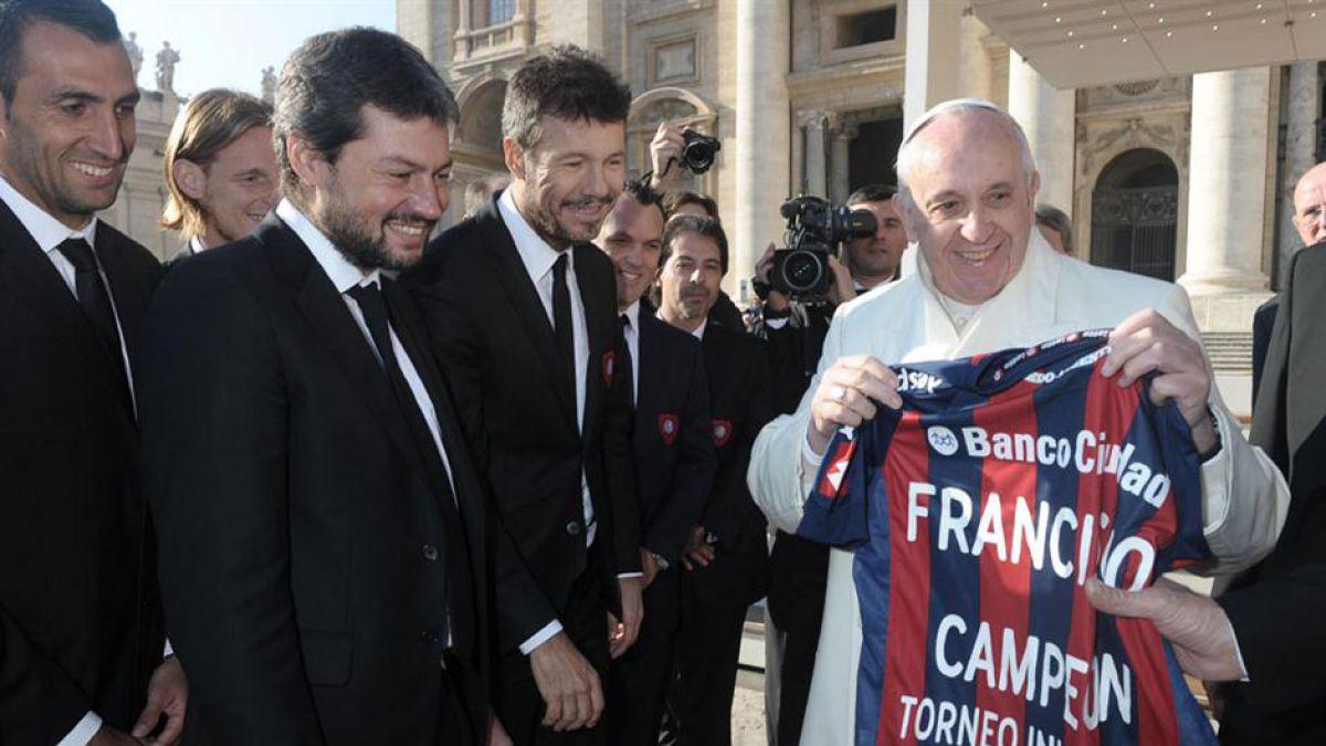 El Papa bromea y dice que reza para que pierda el equipo de fútbol Huracán