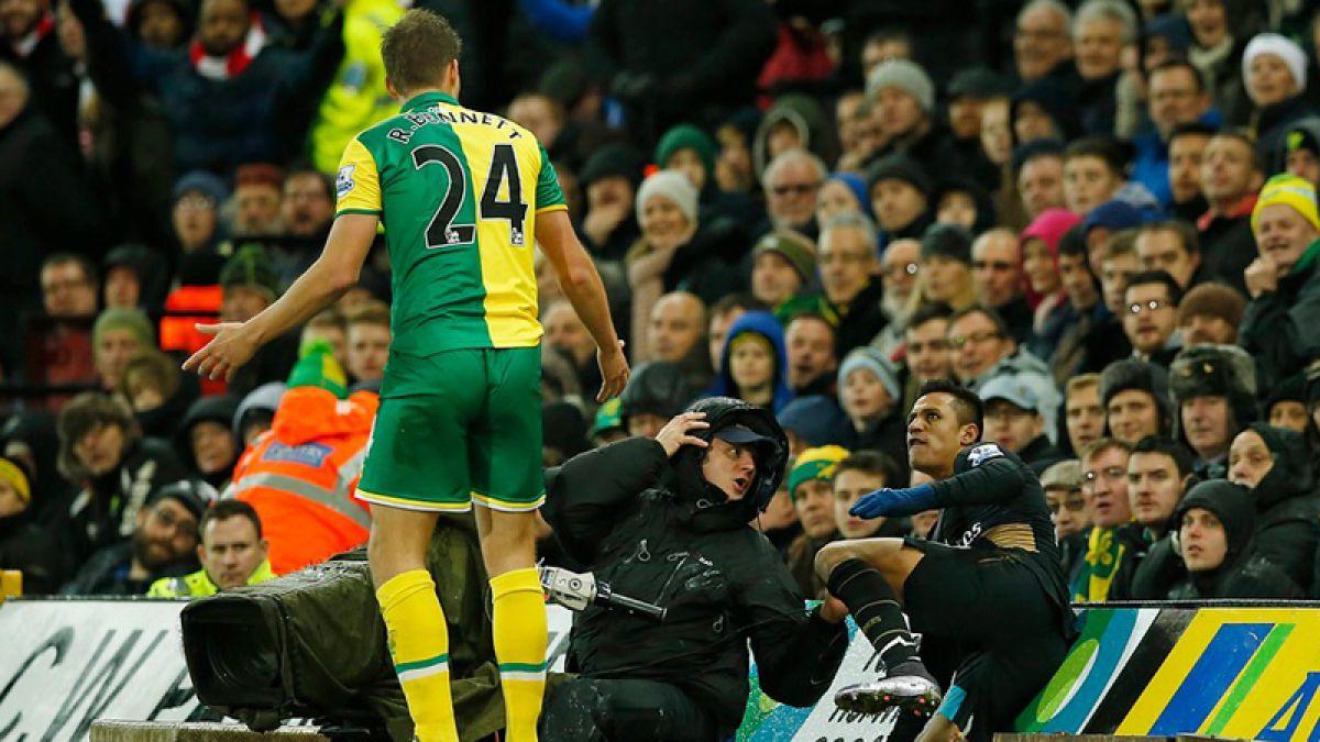 Alexis furioso: Termina en el foso del estadio tras recibir un tremendo empujón por la espalda