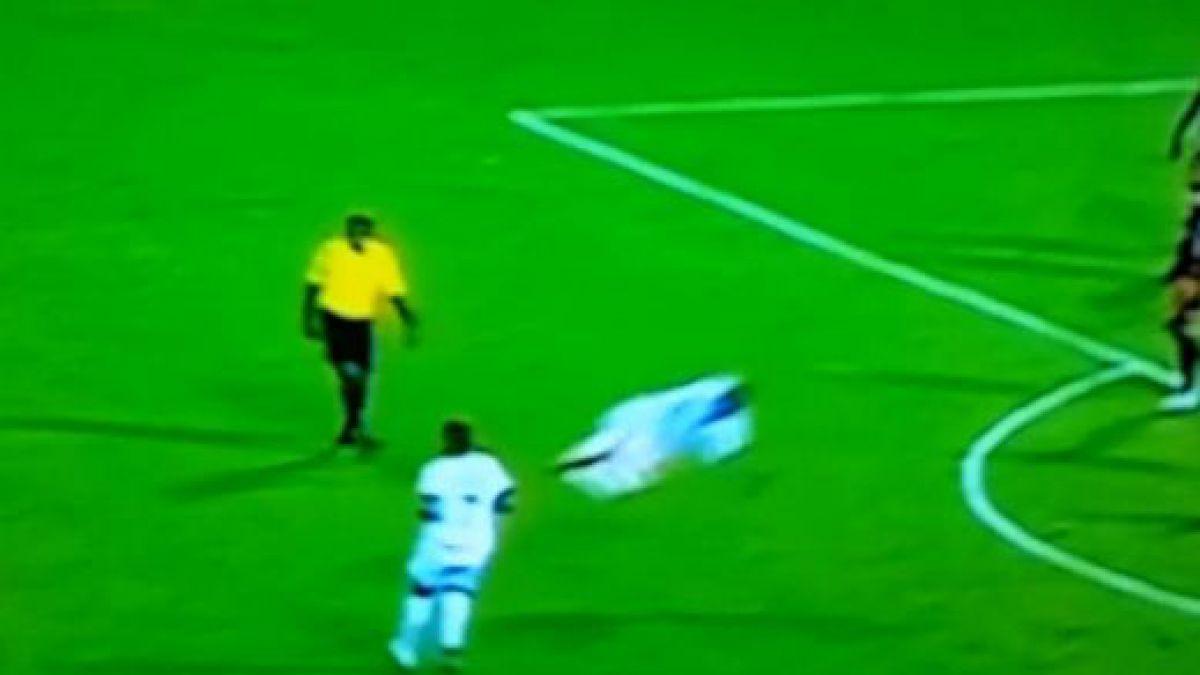 [VIDEO] ¿Qué quiso hacer? Jugador pegó una terrible patada al aire en pleno partido