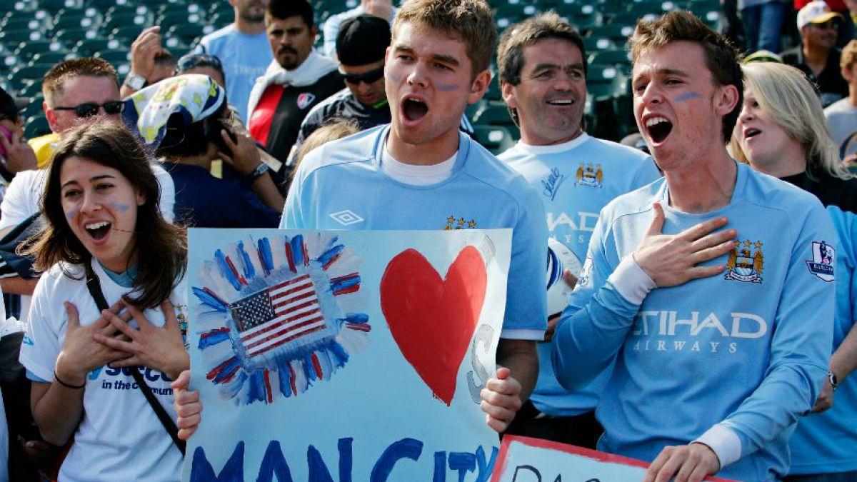 Manchester City evalúa pagar cirugía a hinchas para que se borren tatuaje del escudo del club