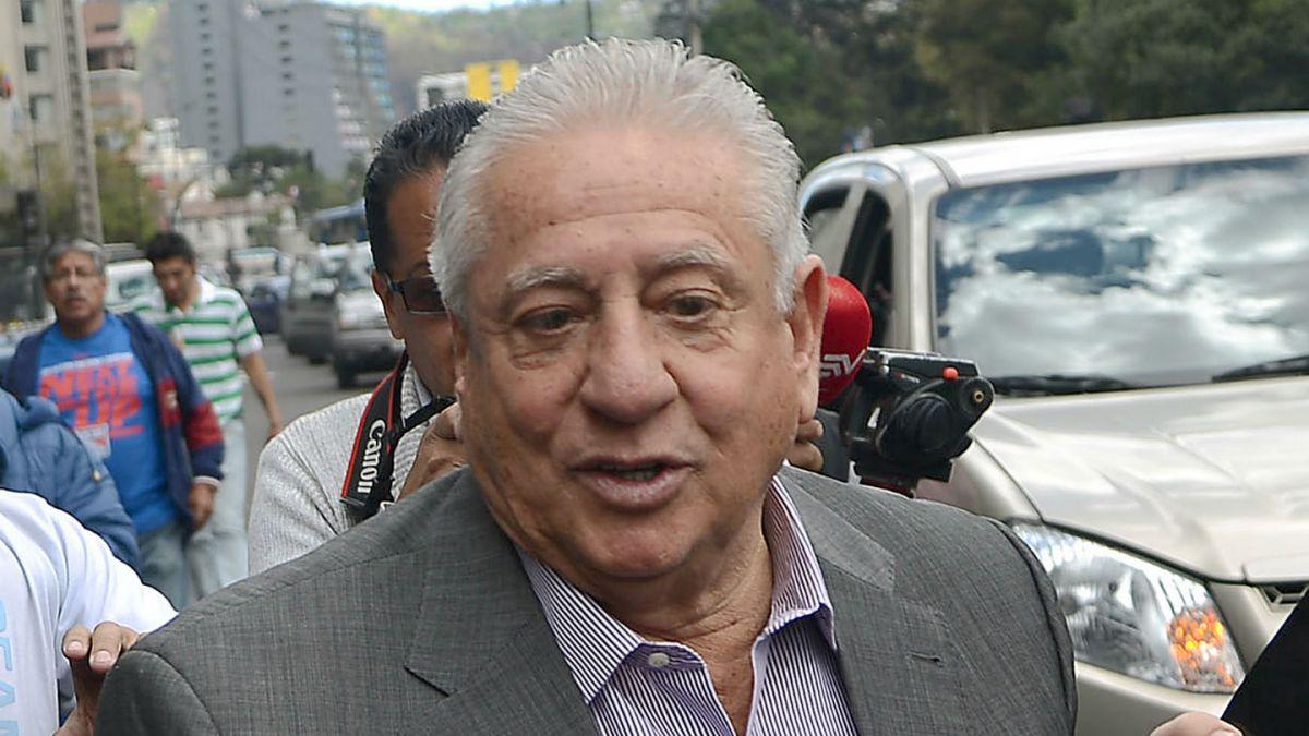 Presidente y secretario de federación de fútbol de Ecuador se entregan a la justicia