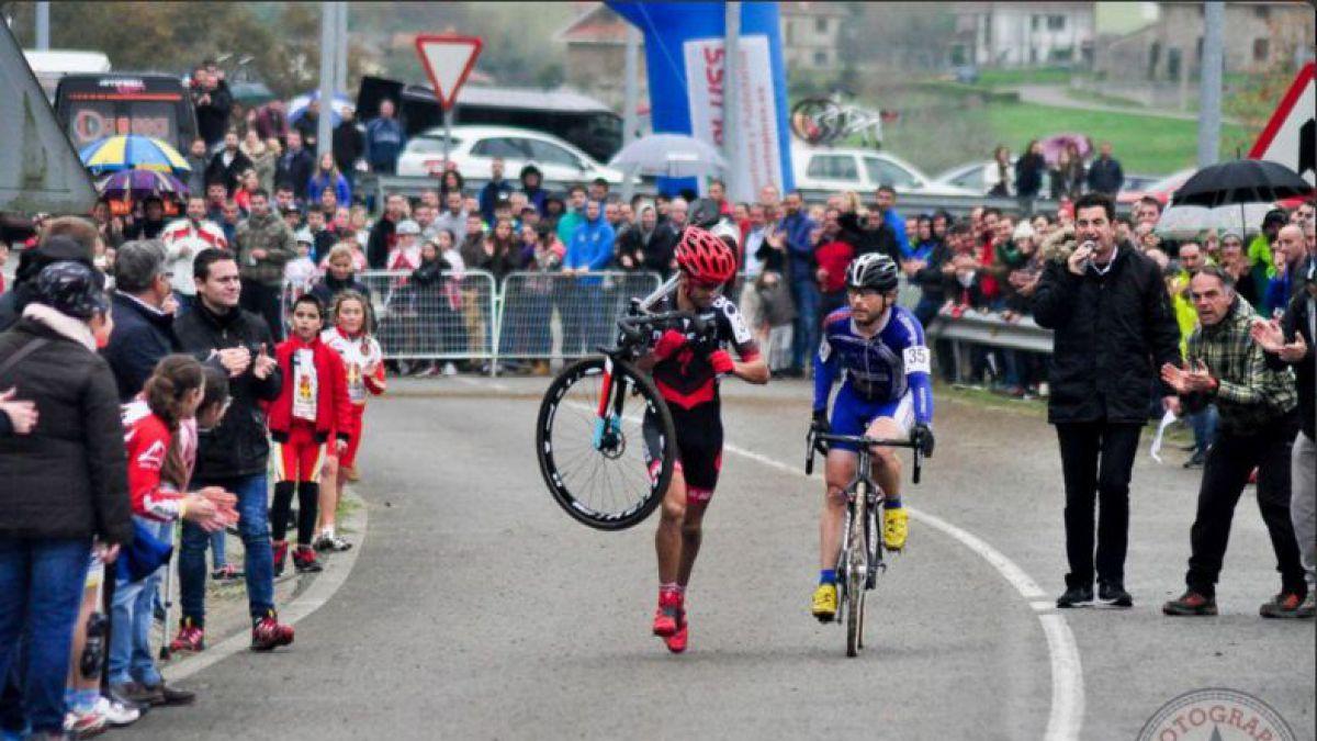 El bello gesto deportivo en ciclocross que da la vuelta al mundo