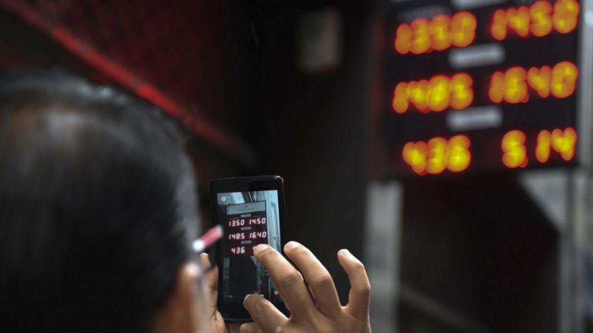 Dólar se dispara en Argentina más de 40% en primer día sin control cambiario