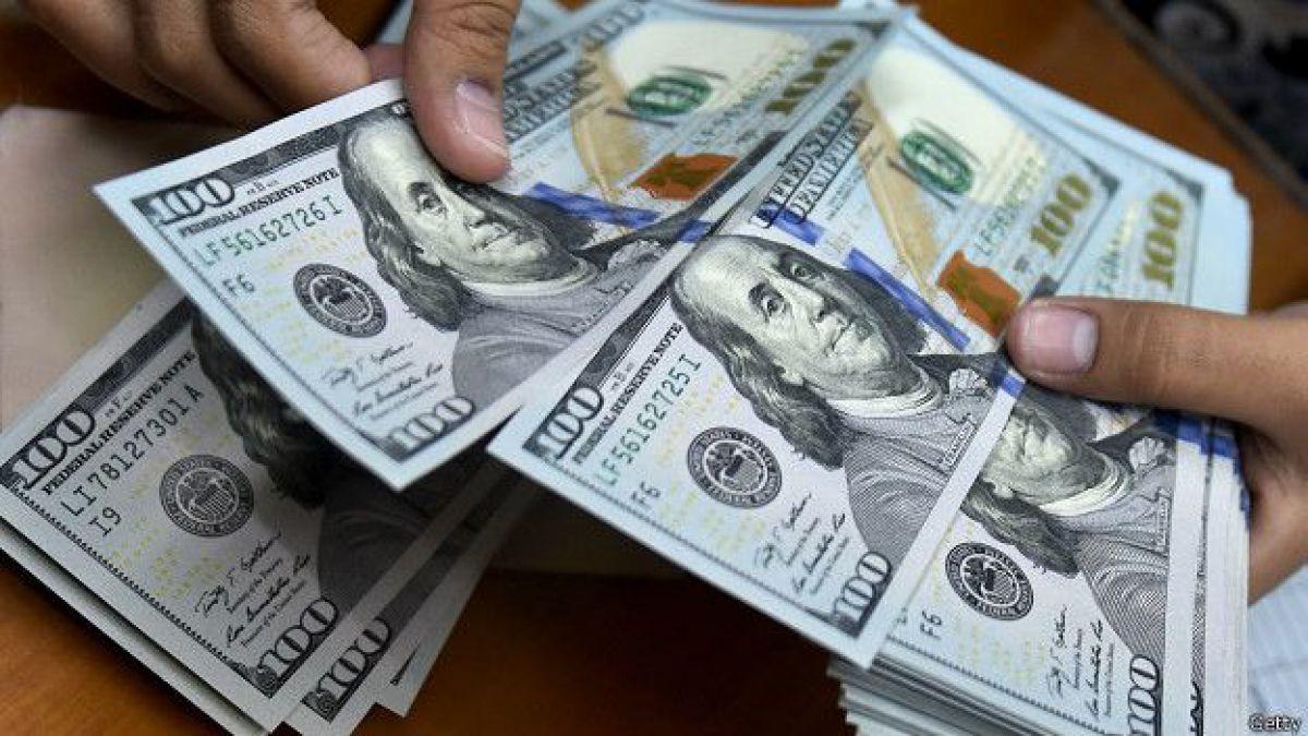 Dólar baja casi 10 pesos y experimenta su mayor descenso en casi cuatro meses