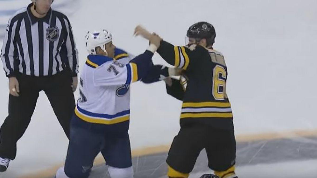 [VIDEO] Espíritu navideño: Relator canta villancico en medio de una pelea de hockey sobre hielo