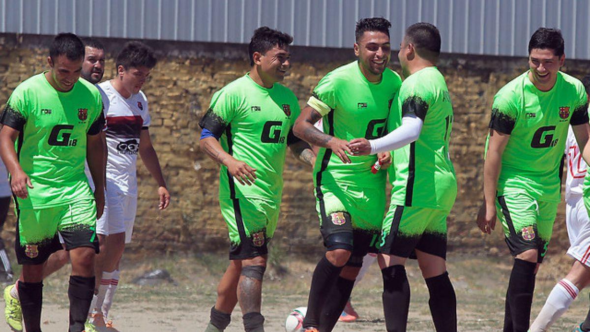 Gonzalo Jara se divierte en Chile: juega amistoso con su club de barrio