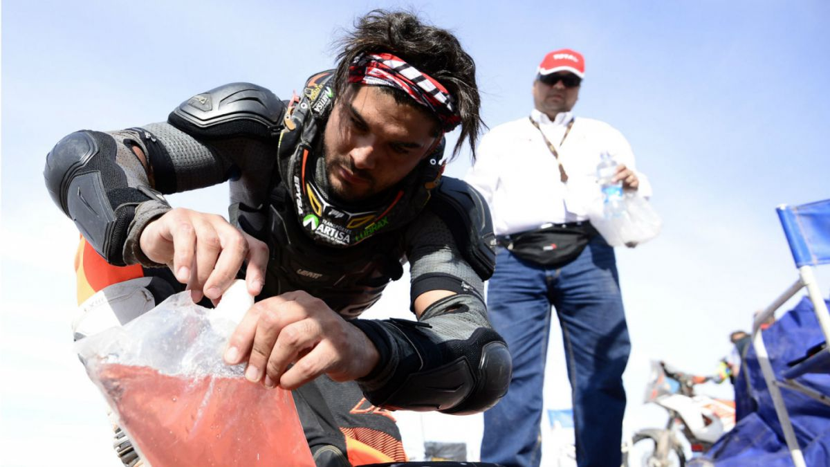 Quintanilla descuenta minutos por ayudar a piloto accidentado y sube en la general del Dakar