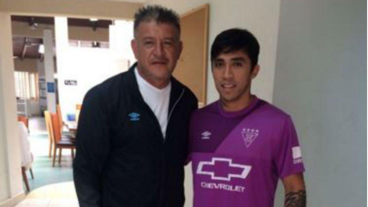 Edson Puch es presentado como nuevo refuerzo de Liga Deportiva Universitaria de Borghi