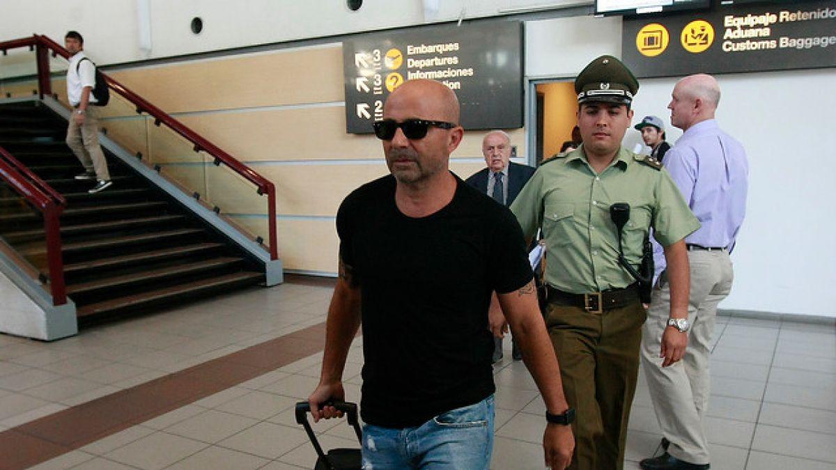[VIDEO] Jorge Sampaoli llega al país entre gritos que piden su salida