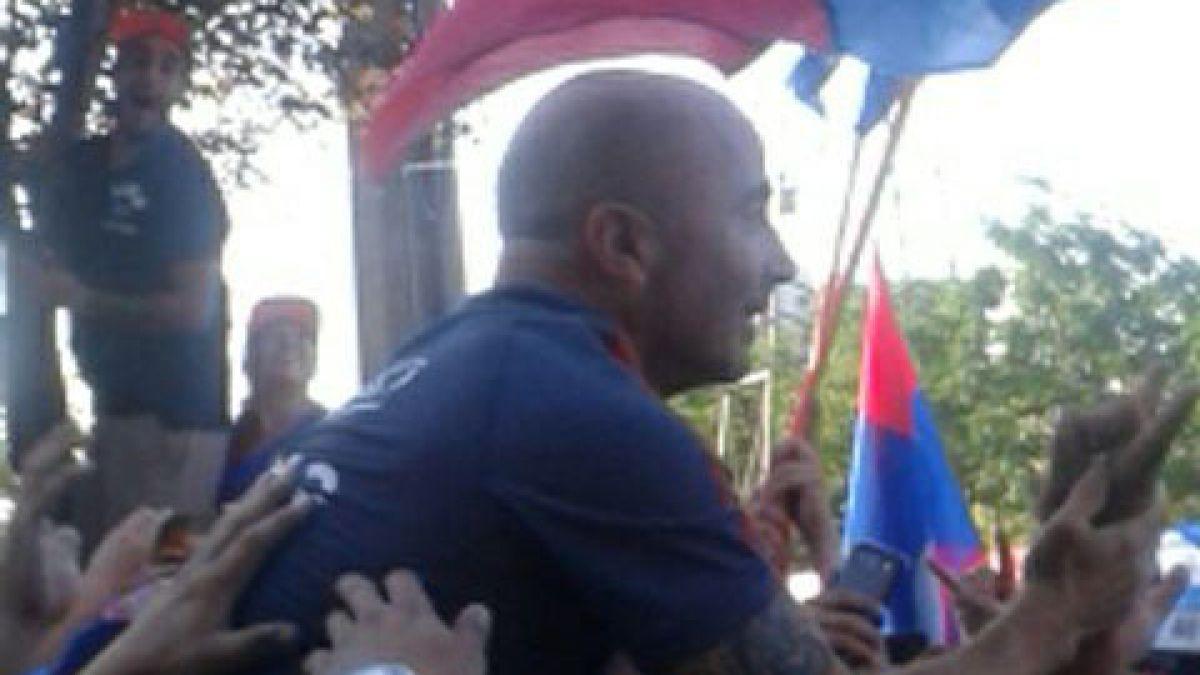 """Jorge Sampaoli saluda a hinchas de la """"U"""" que realizaron banderazo en su apoyo"""