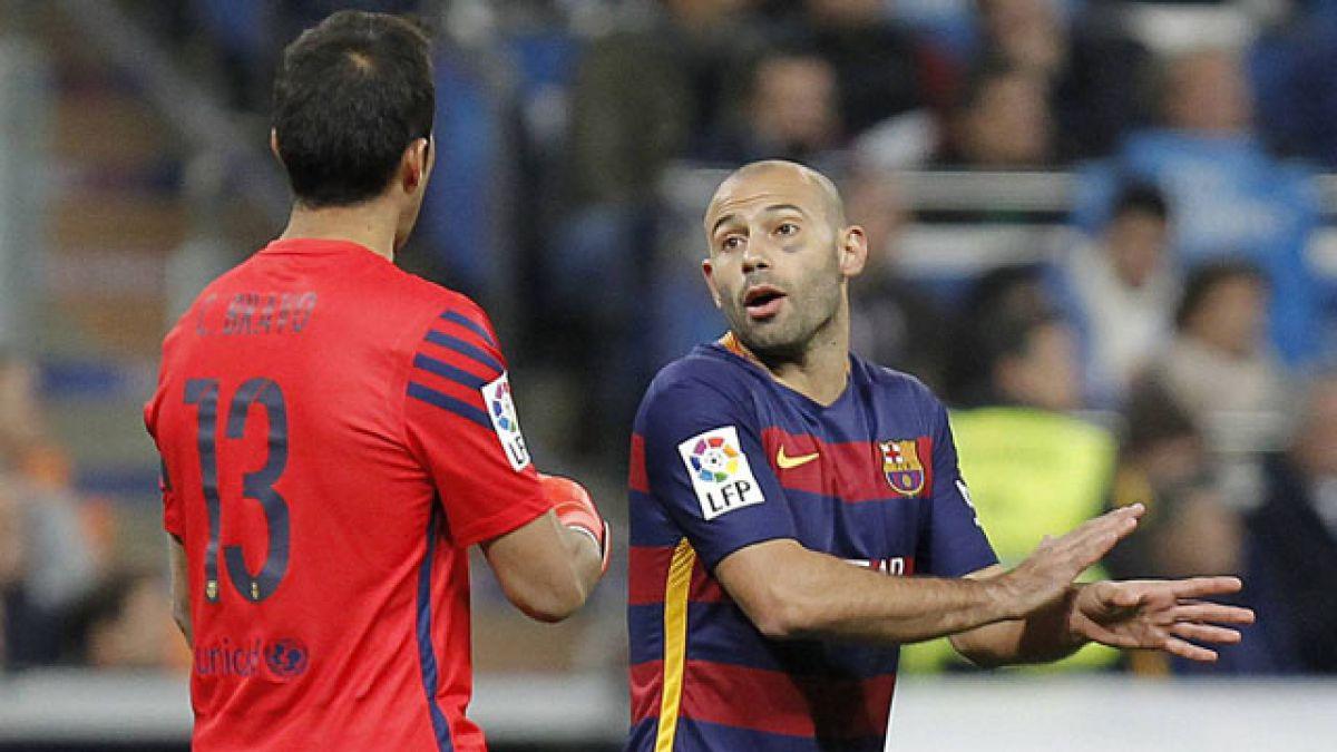 Mascherano bromea con Bravo tras convertirle un gol en práctica de FC Barcelona
