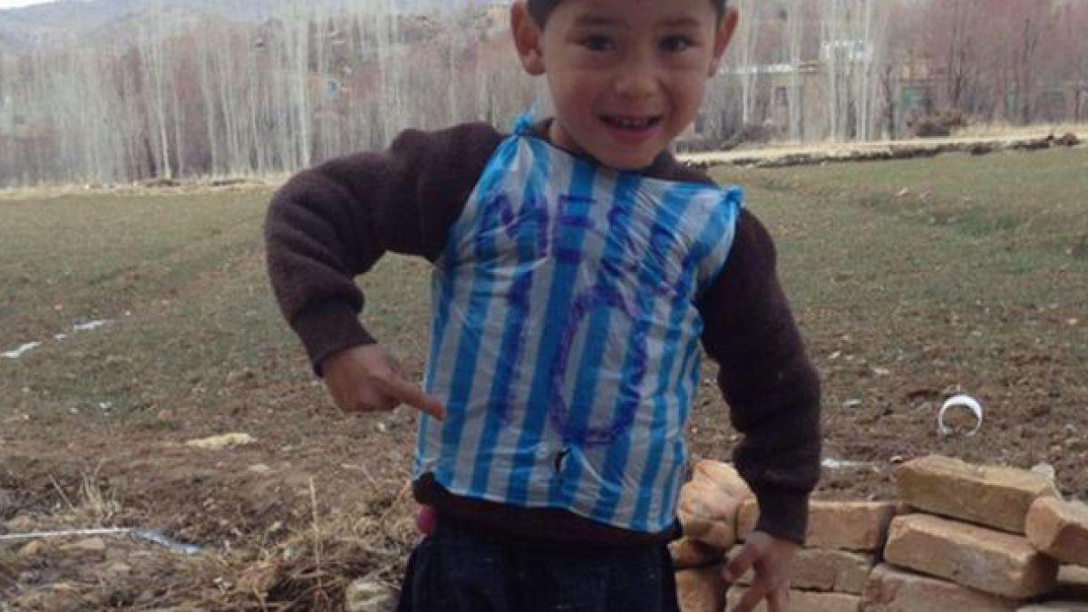 ¿Es este el pequeño que conmovió al mundo con su modesta camiseta de Messi?