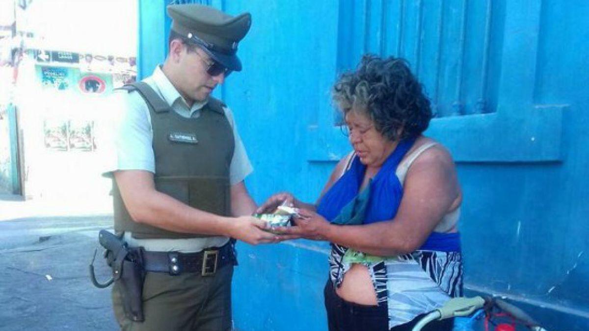 El gentil gesto de un carabinero con una persona en situación de calle