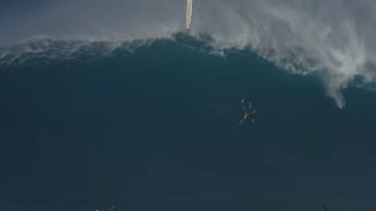 [VIDEO] Surfista cae de gigantesca ola de 12 metros en Hawái