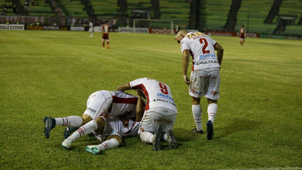 Huracán clasifica con angustia a segunda ronda de Libertadores