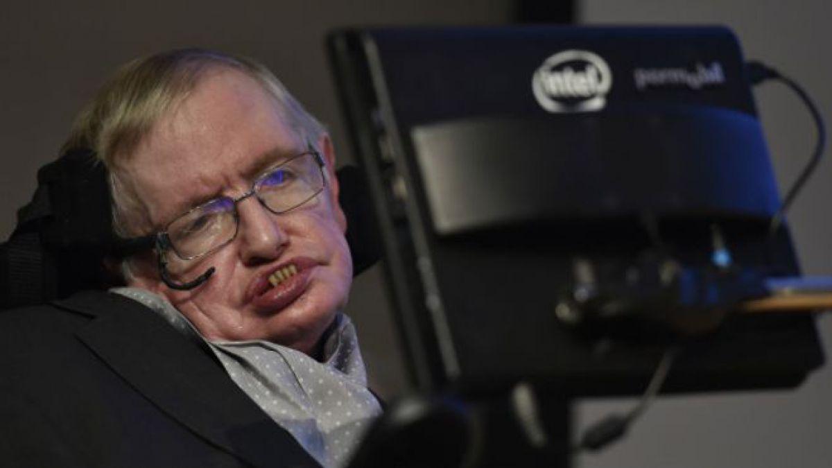 Hawking dijo que la detección de ondas gravitacionales plantea nuevos enigmas a los astrofísicos.