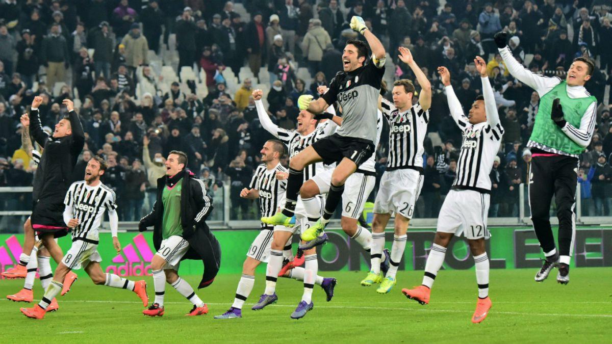 Juventus supera agónicamente a Napoli y llega a la cima de la Serie A