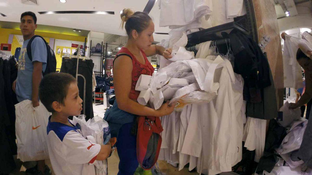 Sernac compara precios de uniformes escolares: Zapatos de varón tienen diferencias de hasta 278%