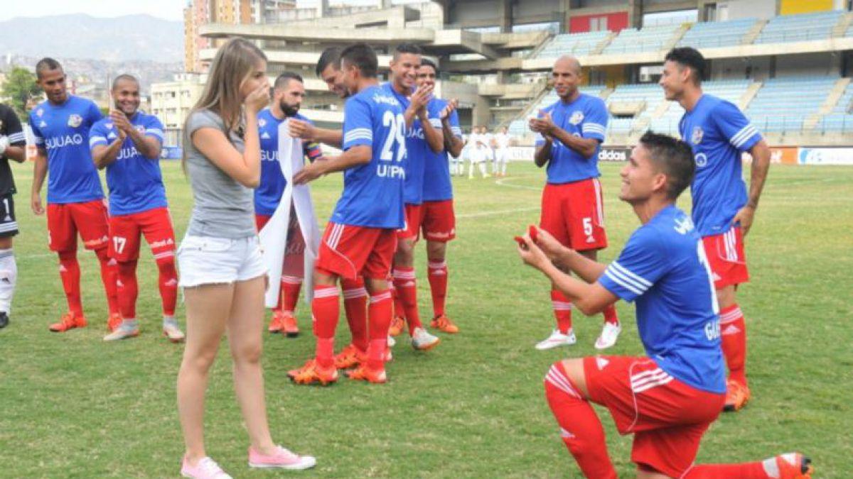 Futbolista venezolano sorprende a su novia y le pide matrimonio antes de un partido