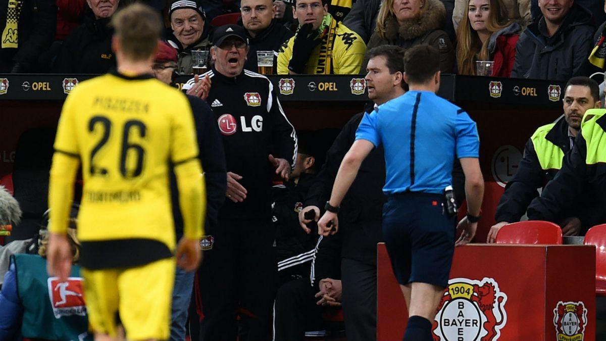 [VIDEO] ¿Amurrado? Árbitro alemán abandona la cancha en duelo de la Bundesliga