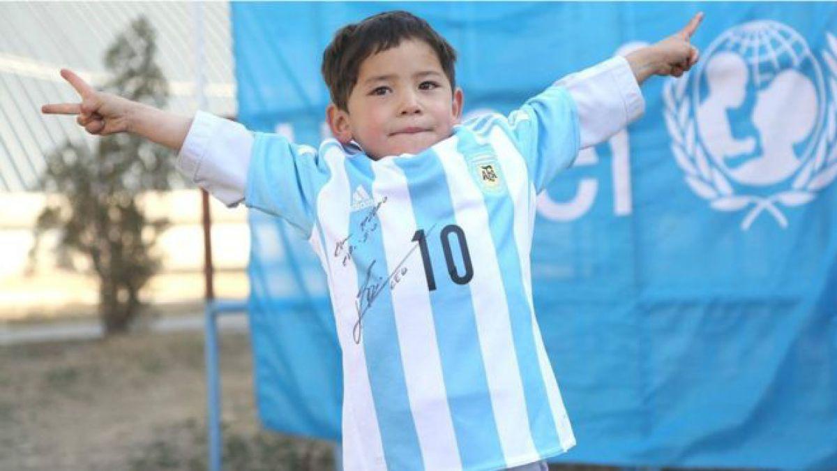 El final feliz de la historia del niño que usó una bolsa para hacerse una camiseta de Messi