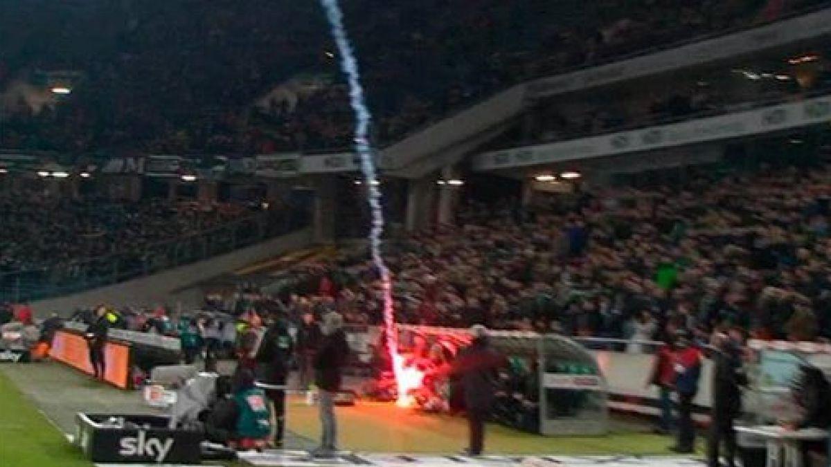 [VIDEO] Bengala lanzada por hinchas del Wolfsburgo cae en el banco del Hannover