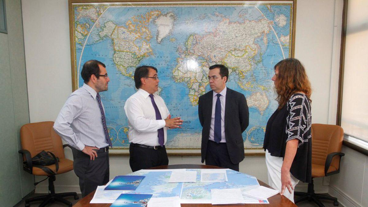 Ministro de Economía cita a reunión de emergencia por algas que afectan a salmoneras