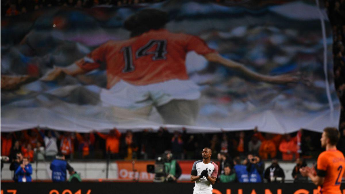 [VIDEO] Partido entre Holanda y Francia se detiene para homenajear a Johan Cruyff