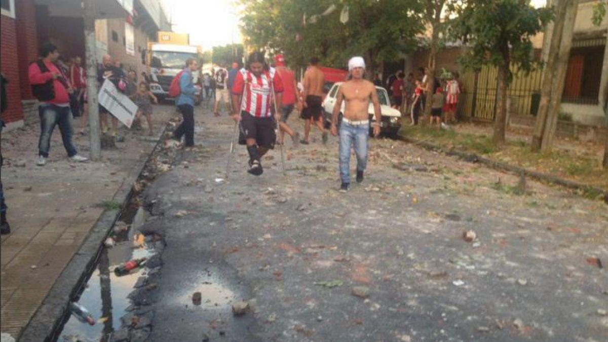 [FOTOS Y VIDEOS] Incidentes entre hinchas y policías suspenden partido en el ascenso argentino