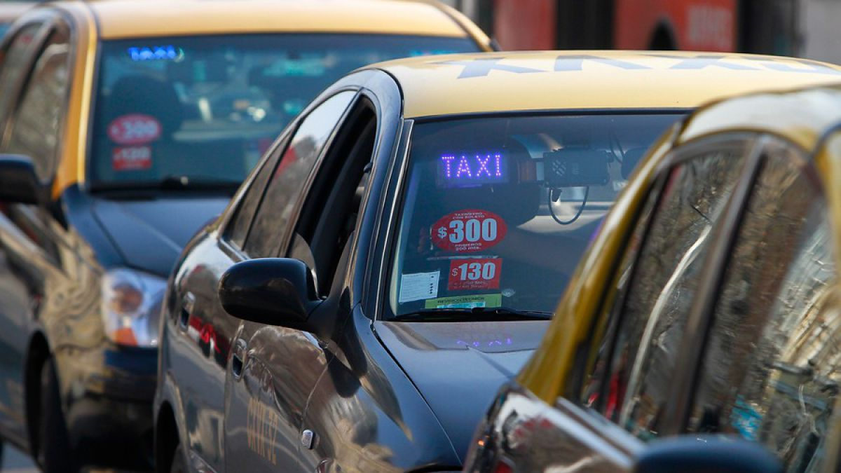 Número de conductores inscritos en Uber supera al de taxistas en Chile