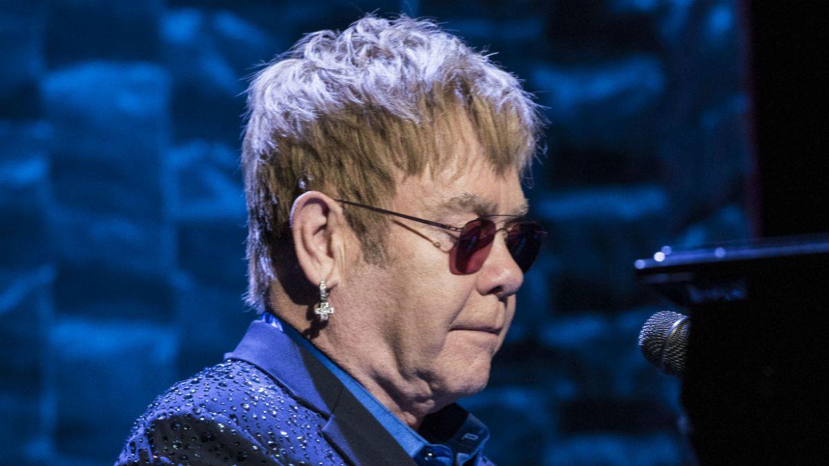 Elton John enfrenta una demanda por acoso sexual