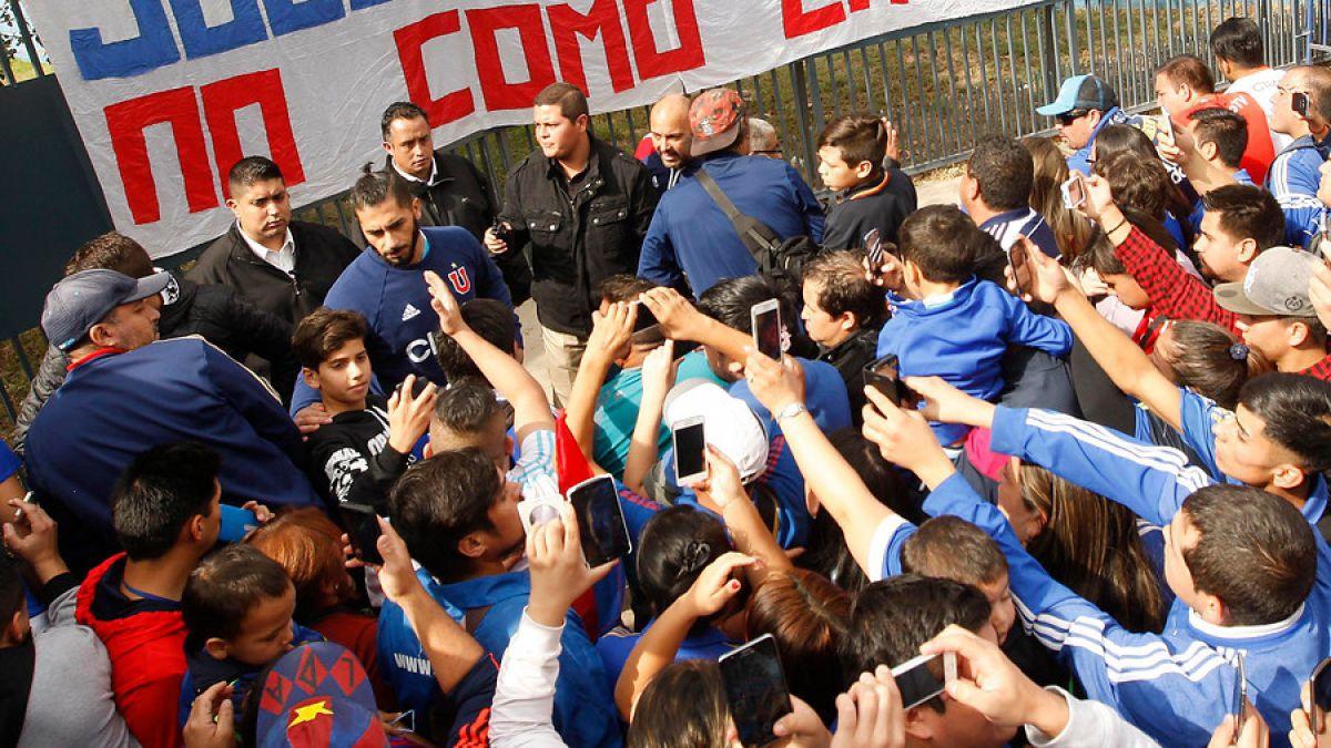 [VIDEO] Incidentes en el complejo de la U tras banderazo realizado por grupo de hinchas