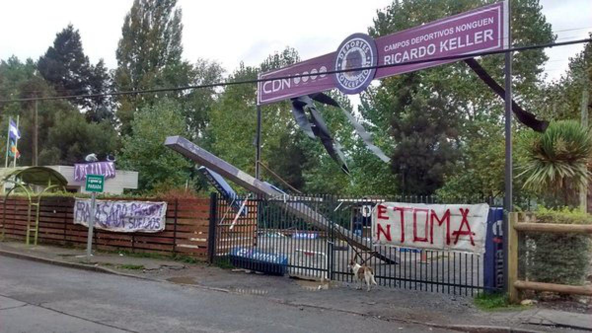 Hinchas de Deportes Concepción se toman sede en protesta por la administración del club