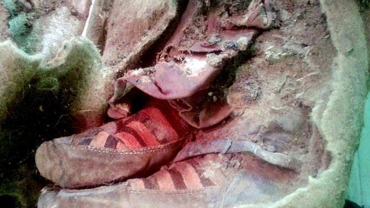 momia con zapatos adidas