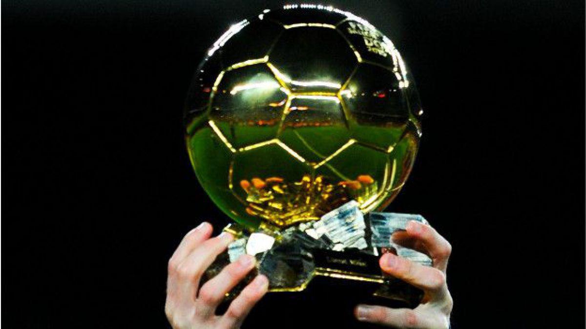 Messi muestra el Balón de Oro que recibió en enero de este año 46d6b003ab653