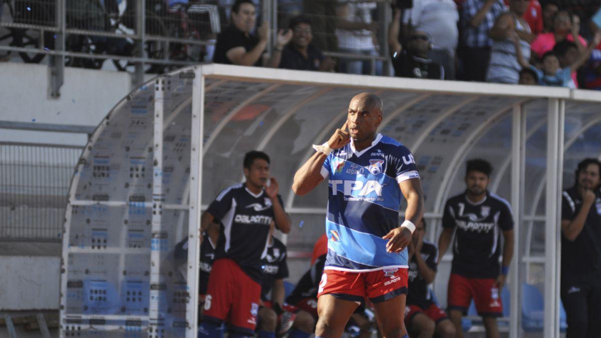 Hinchas sufren duro castigo por insultos racistas contra Emilio Rentería