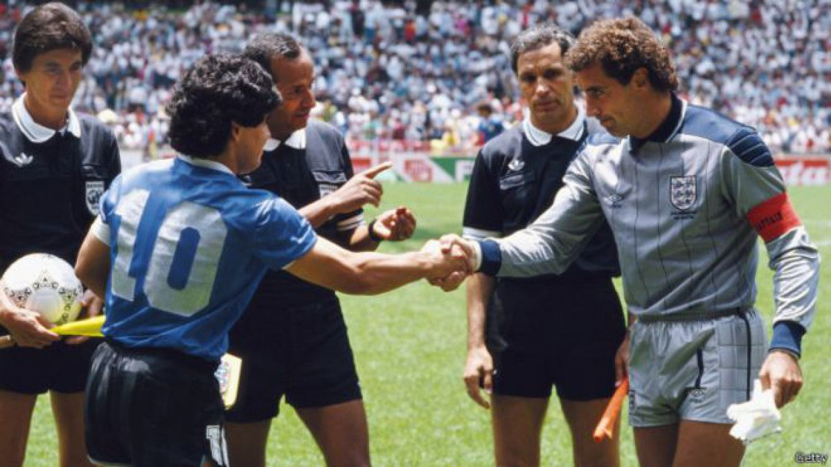 Maradona y Peter Shilton se saludan como capitanes de las selecciones de Inglaterra y Argentina por los cuartos de final del Mundial de México 86.