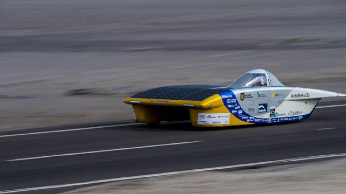 Equipo chileno gana carrera de autos solares en el desierto de Atacama
