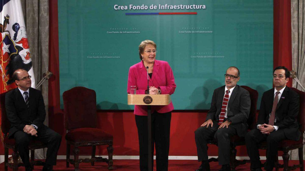Bachelet firma proyecto para crear Fondo de Infraestructura