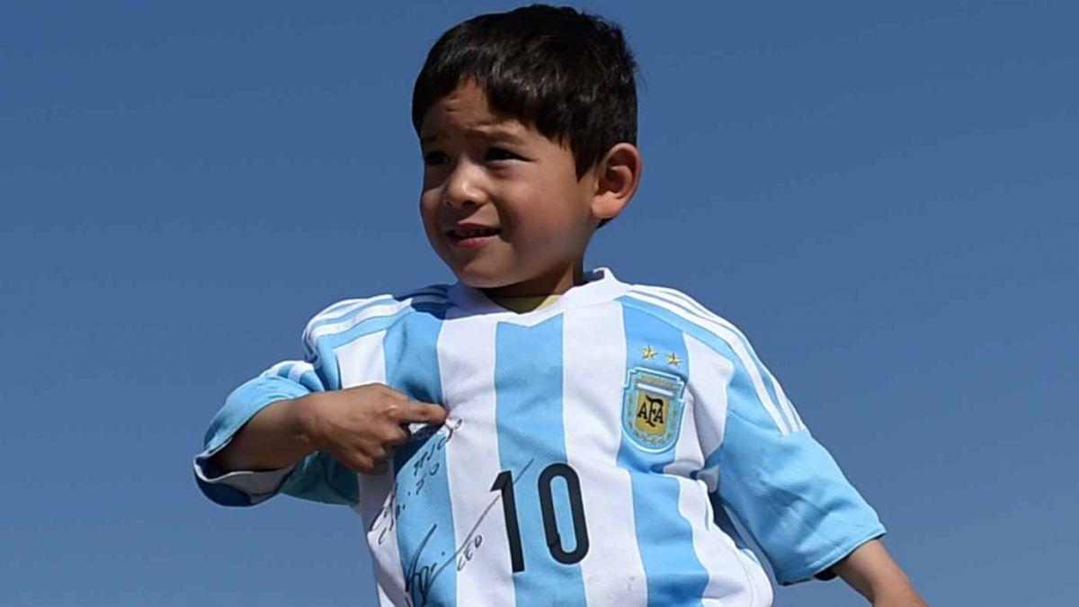 El triste momento que vive el niño afgano al que Messi regaló su camiseta