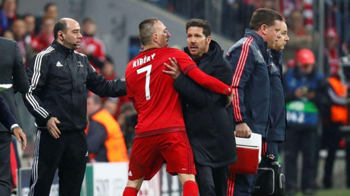 [VIDEO] Simeone se enfrasca en dura discusión con la banca del Bayern Munich